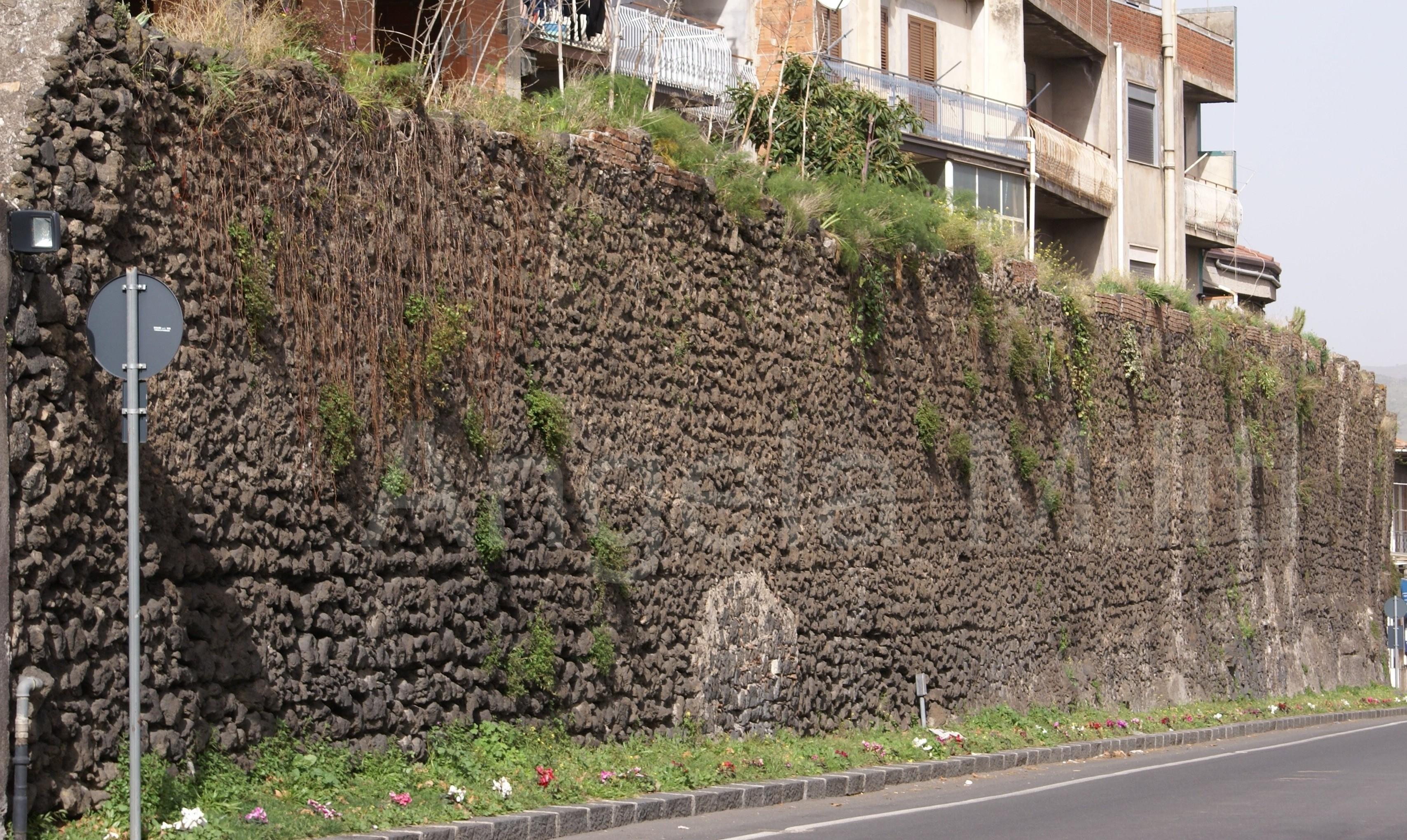 Veduta di un tratto delle mura sul lato meridionale della città, presso Piazza Loreto